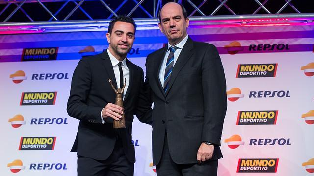 Xavi recull el Trofeu Extraordinari a la Gran Gala de Mundo Deportivo / FOTO: GERMÁN PARGA - FCB