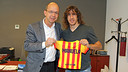 Carles Puyol receives a Barça shirt for his daughter from vice president Jordi Cardoner / PHOTO: MIGUEL RUIZ - FCB