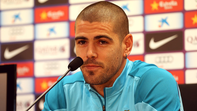 Víctor Valdés speaking to the press