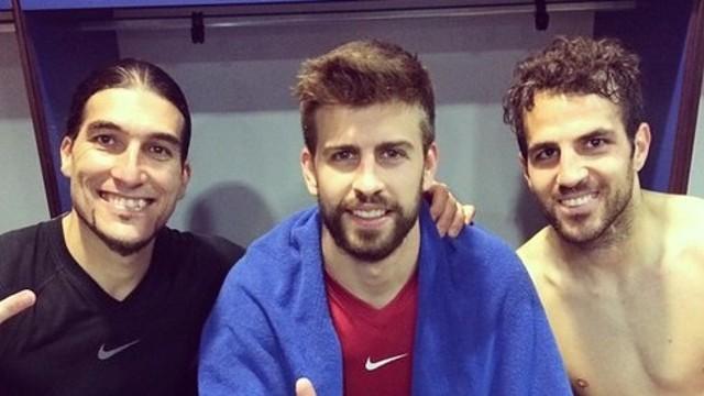 Pinto, Piqué i Cesc, després del partit a Cornellà-El Prat / FOTO: @13Pinto