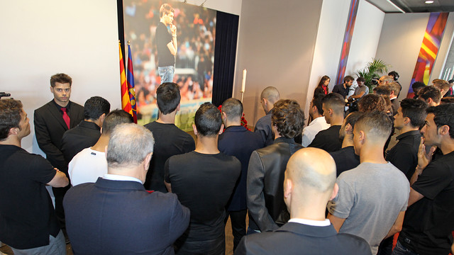 The first team pay tribute to Tito Vilanova / PHOTO: MIGUEL RUIZ - FCB