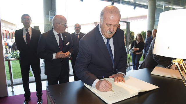Vicente del Bosque signs the book of condolence / PHOTO: VÍCTOR SALGADO - FCB