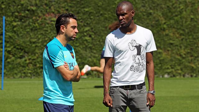 Xavi chatting with Abidal. PHOTO: MIGUEL RUIZ-FCB.