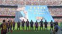 Els jugadors, amb el tifo rere seu / FOTO: MIGUEL RUIZ-FCB