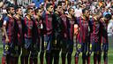 Los jugadores durante el minuto de silencio / FOTO: MIGUEL RUIZ - FCB