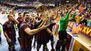 El Barça celebra amb l'afició del Palau el títol de la Lliga Europea / FOTO: GERMÁN PARGA - FCB