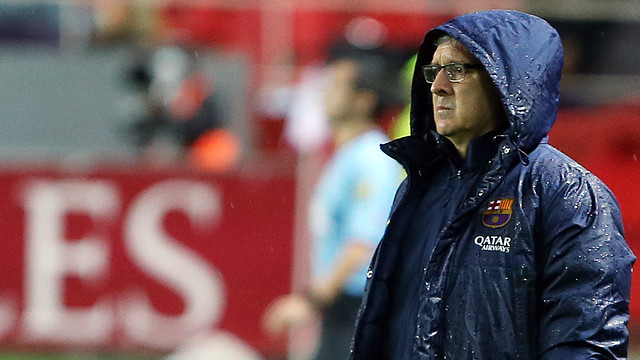 Tata Martino watches as Barça play Sevilla in the rain