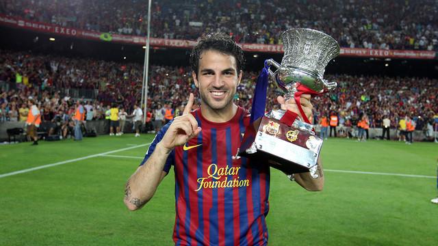 Cesc aixecant el seu primer títol amb el Barça, la Supercopa d'Espanya