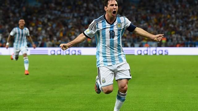 Messi sedang membentangkan tangannya di lapangan