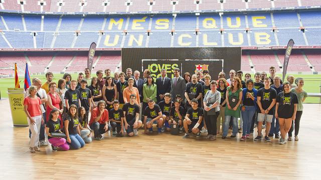 Foto de familia del acto de clausura del proyecto 'Joves Solidaris'
