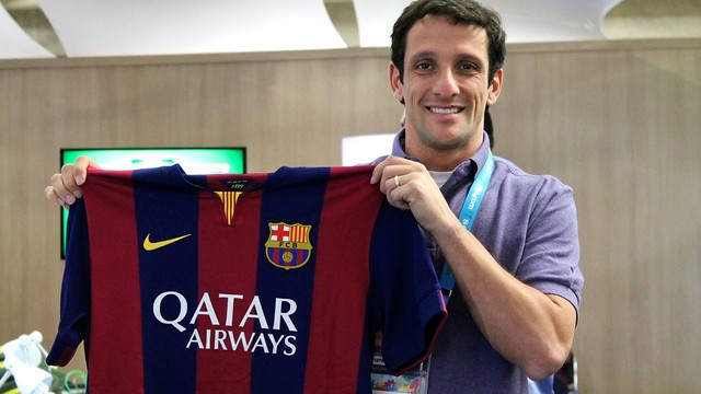 Belletti with a FC Barcelona shirt in São Paulo. / PHOTO: Lucas Duarte - FCB