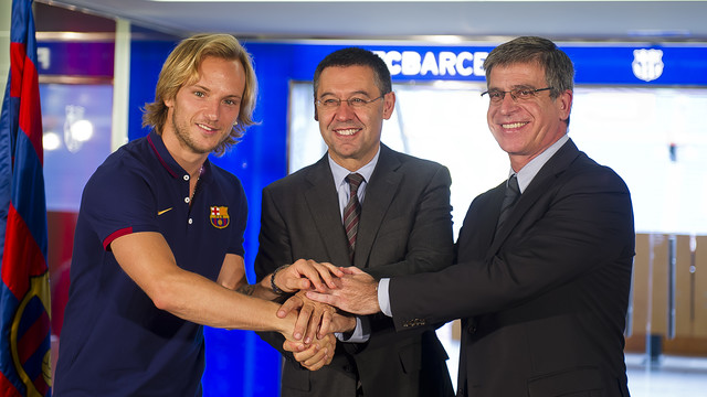 Rakitic, Bartomeu and Mestre shake on the deal / PHOTO: VÍCTOR SALGADO-FCB