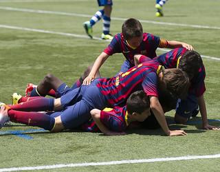 Sekelompok anak saling berpelukan di lapangan