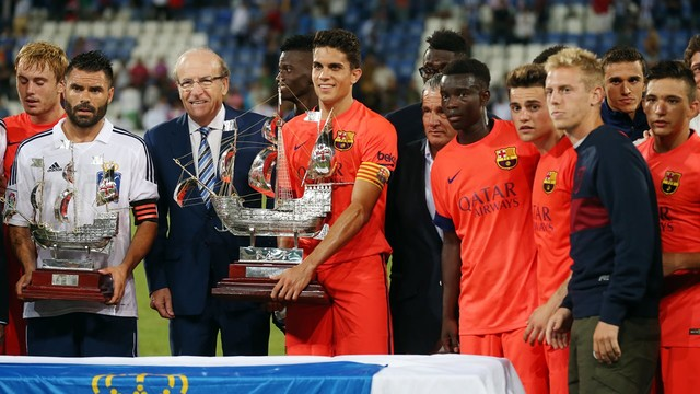 Bartra with the Colombino Trophy. PHOTO: MIGUEL RUIZ-FCB.