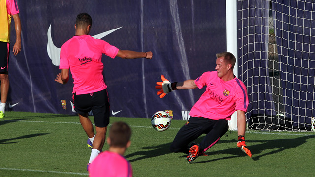 Evening training session with 22 players. Adriano and Dongou trained apart from the group; Afellay trained in the gym
