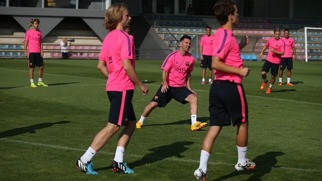 Messi berada di lapangan bersama rekan-rekan lainnya sedang melakukan pemanasan