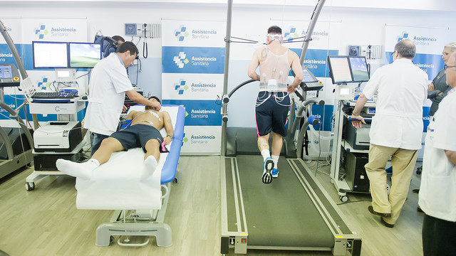 Messi sedang berlari di track rail dan Neymar sedang berbaring diperiksa oleh dokter