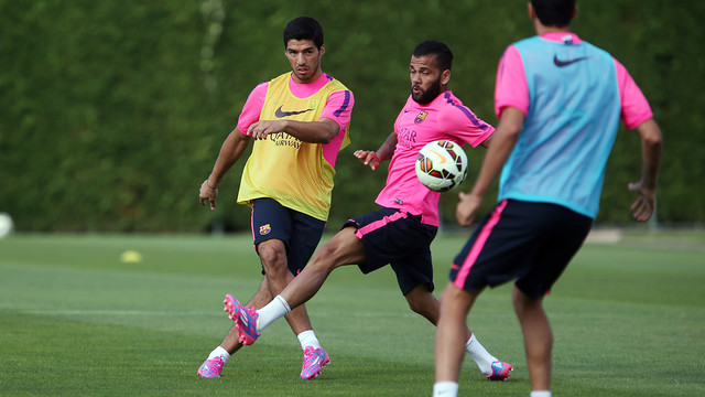 Luis Suárez and Alves in the striker's first session / PHOTO: MIGUEL RUIZ - FCB