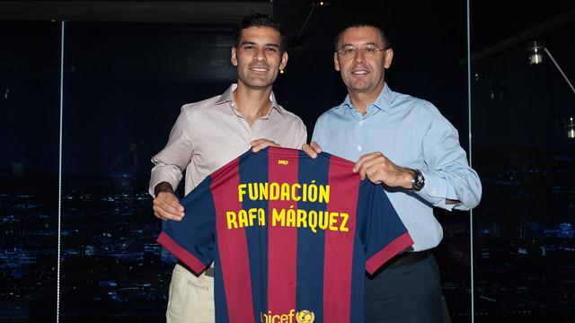 Rafa Márquez y Josep Maria Bartomeu con una camiseta del Barça donde se lee Fundación Rafa Márquez