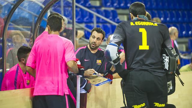 Ricard Muñoz, con la pizarra en la mano, da instrucciones a sus jugadores durante un entrenamiento