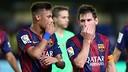 Neymar e Messi comentam alguma jogada em segredo, ao botar as mão na boca.
