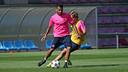 Alves, con Samper, durante el entrenamiento de este lunes / FOTO: MIGUEL RUIZ-FCB