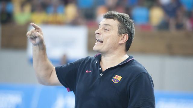 Pascual, dirigint al Barça d'handbol. / FOTO:ARXIU-FCB