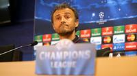 Luis Enrique memanyunkan wajahnya saat konferensi pers