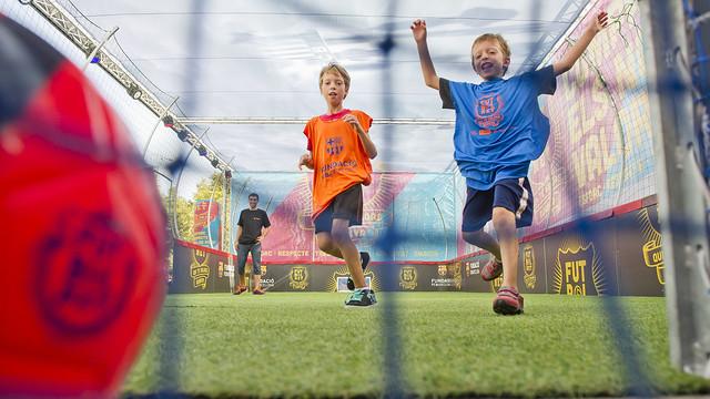 Dos niños marcan un gol en el estand de FutbolNet de la Fundación