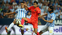 Pedro challenging for the ball with Weligton and Sergio Sánchez in the game in La Rosaleda / MIGUEL RUIZ: FCB
