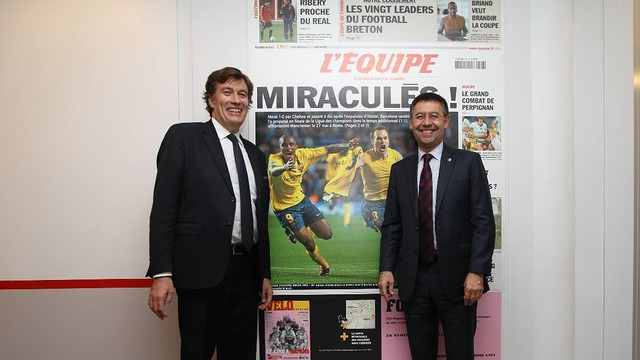 François Morinière and president Bartomeu with the picture of Iniesta's goal. PHOTO: L'ÉQUIPE