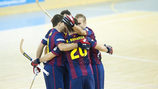 Els jugadors del Barça s'abracen per celebrar un gol