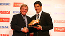 Kenny Dalglish was in Barcelona to present the Golden Shoe to  Suárez / MIGUEL RUIZ-FCB