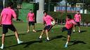 El rondo del principio del entrenamiento de este jueves. FOTO: MIGUEL RUIZ-FCB.
