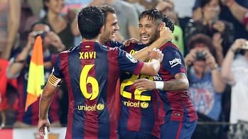 Xavi, Neymar dan Alves berpelukan merayakan satu gol