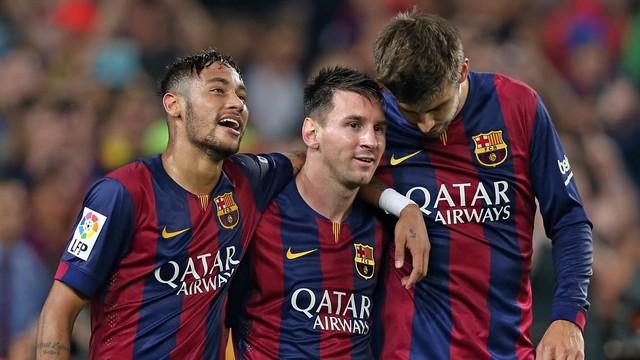 Neymar, Messi e Piqué celebram um dos gols contra o Eibar.