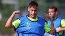 Neymar sedang menggunakan rompi dari Liga Champions