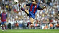 Xavi sedang menendang bola di udara
