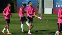 Luis Suarez mengankat kakinya saat latihan di lapangan