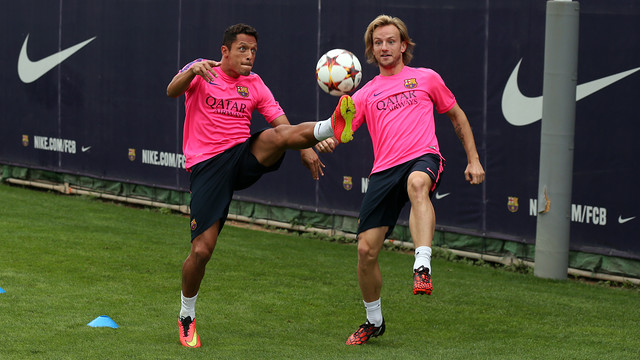 Adriano bersama Rakitic sedang berlatih dengan bola di lapangan