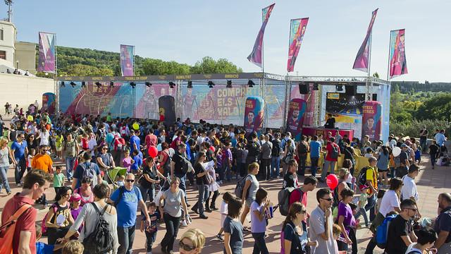 Una multitud de personas ante el estand de la Fundación en la Fiesta dels Súpers
