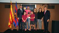 Mascherano con el Presidente Josep Maria Bartomeu, el padre de Aldo Rovira, Josep Lluís, su viuda y sus hijos