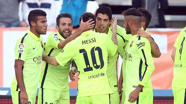 Tim berpelukan setelah gol yang dibuat Alba