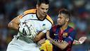 Apoel keeper Urko and Neymar. PHOTO: MIGUEL RUIZ-FCB.