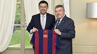Bartomeu y Bach con una camiseta del Barça en las manos donde pone IOC