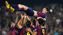 Les joueurs soulèvent Messi, qui a battu le record de Zarra / PHOTO : MIGUEL RUIZ-FCB