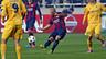Mascherano membawa bola dibayangi dengan pemain lawan di sekelilingnya