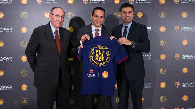 Pont, Sawam i Bartomeu aguanten una samarreta amb el logotip de Futbolnet.