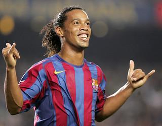 Ronaldinho celebra um gol no Camp Nou.