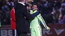 Pedro avec Montoya après son but / PHOTO: MIGUEL RUIZ-FCB